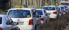 Los taxis y vehículos de Uber se identificarán con una matrícula azul