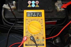 bateria de coche, voltimetro